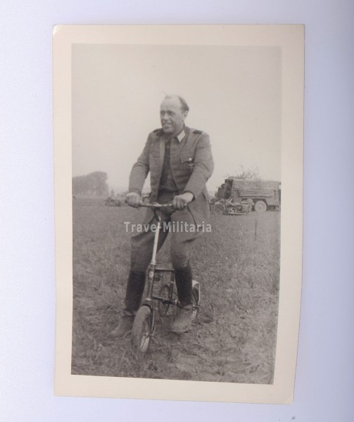 Foto Freiherr von Wechmar auf Wehrmacht Klappfahrrad