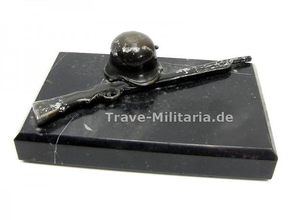 Reservistika Sockel mit Helm und Gewehr