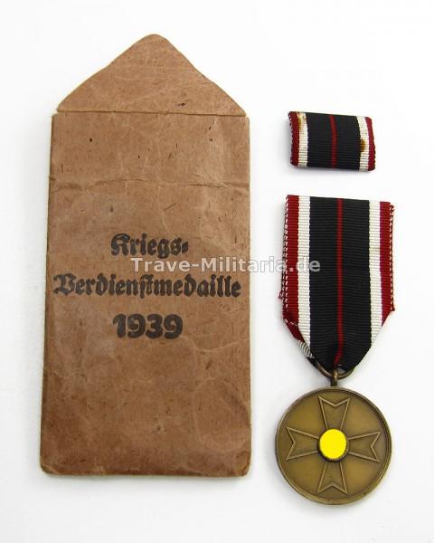 Kriegsverdienstmedaille 1939 mit Band, Feldspange und Verleihungstüte