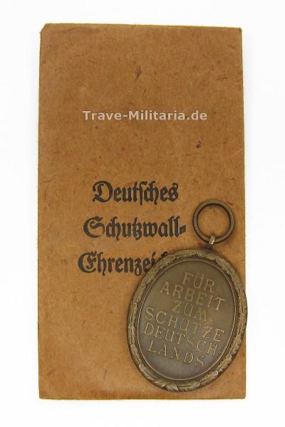 Deutsches Schutzwall-Ehrenzeichen mit Verleihungstüte